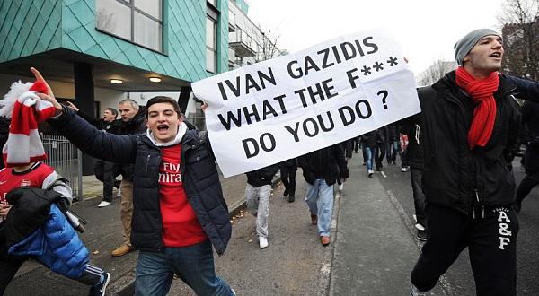 Gerakan Black Scarf Movement yang menentang segala kebijakan Arsenal (Foto: Daily Mail)
