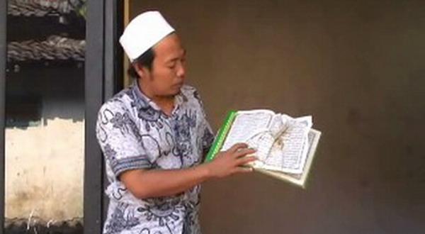 Warga menunjukkan Alquran yang dilecehkan (Foto: Mukhtar B/Sindo TV)