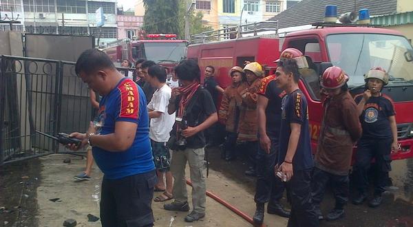 Petugas usai memadamkan api di gedung sekolah musik (Irwansyah P/Okezone)