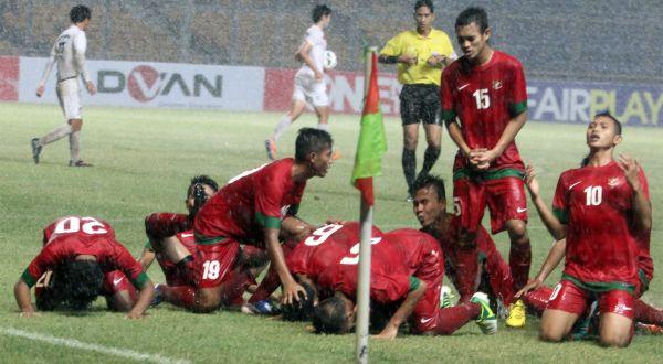 Para pemain Timnas U-19 Indonesia merayakan gol. (Foto: Arif Julianto/Okezone)