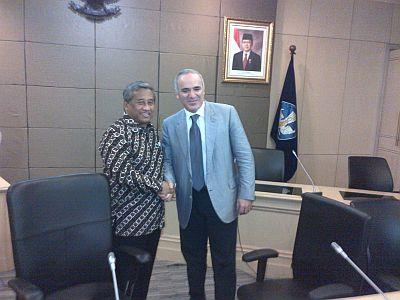 Muhammad Nuh bertemu Gary Kasparov. (Foto: Fadhlan/Okezone)