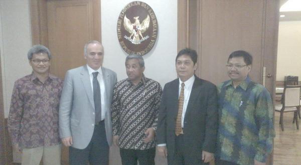 Muhammad Nuh (tengah) saat berfoto bersama dengan Gerry Kasparov dan Utut Adianto. (Fadhlan/Okezone)