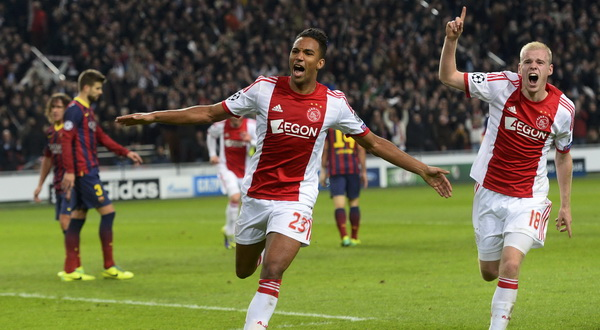 Pemain Ajax Danny Hoesen rayakan gol. (Foto: Reuters)