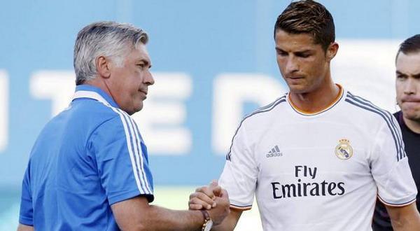 Carlo Ancelotti (kiri) saat menjabat tangan Cristiano Ronaldo. (Foto: Ist)