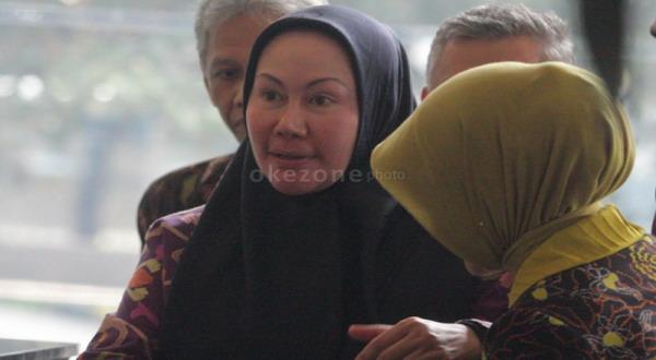 Ratu Atut sebelum diperiksa KPK (foto: Heru Haryono)