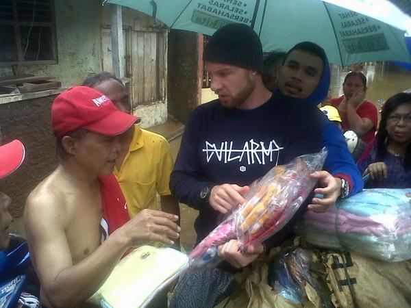 Suami Melaney Ricardo Menangis Lihat Korban Banjir