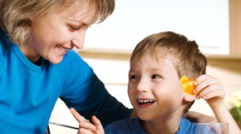 Terapkan Pola Hidup Sehat, Biasakan Makan Bareng Anak