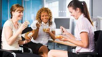 Sukses Diet, Jangan Asal Ngemil di Kantor