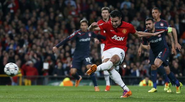 Eksekusi penalti Van Persie yang membuka keunggulan Man.United atas Olympiakos (Foto: Phil Noble/REUTERS)