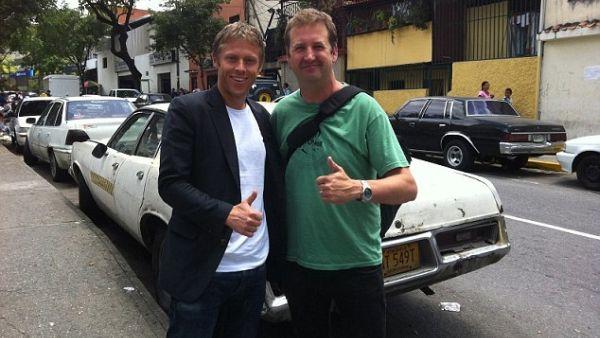 Adrian Butterworth dan Gunnar Garfors, dua wisatawan yang berhasil ke lima benua dalam satu hari (Foto: Dailymail)