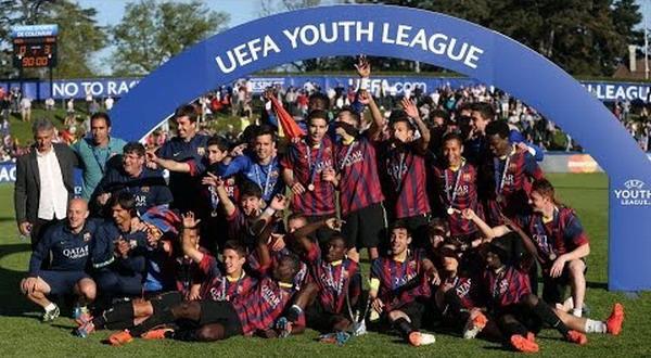 Para pemain muda Barcelona merayakan gelar juara UEFA Youth League