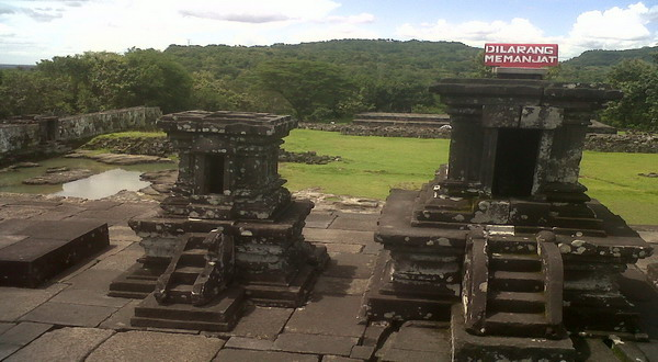 YOGYAKARTA - Ritual bersedi biasa dilakukan pengunjung Candi Ratu Boko ...