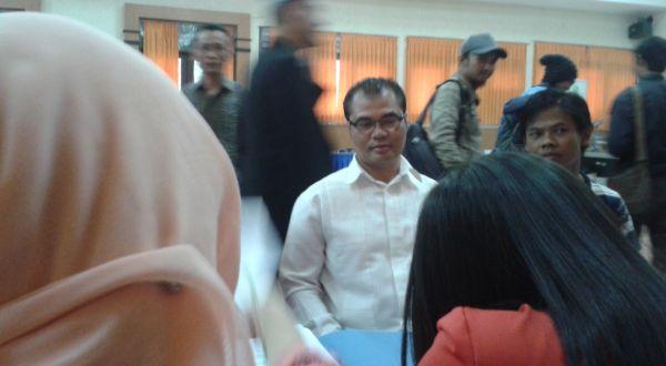 Calon Anggota DPD Jabar, Aceng Fikri, saat mendaftar di KPU (Foto: Tri I/okezone)