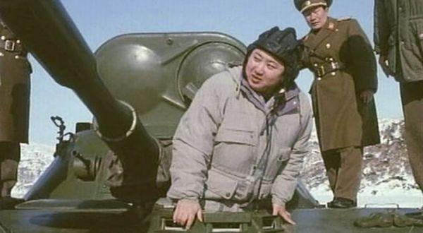 Ким Чен Ын осматривает бронированный автомобиль
