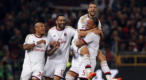 Adel Taarabt dan Adil Rami saat merayakan gol bersama rekan setimnya (Foto: Reuters)
