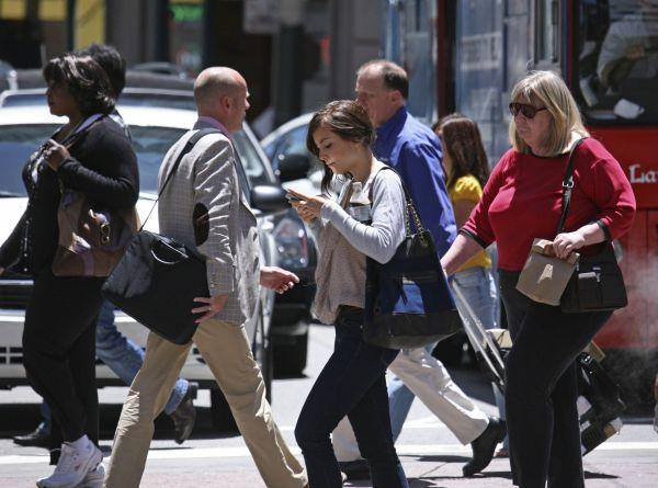 Hati-Hati, Berjalan Sambil Main Smartphone Akan Didenda