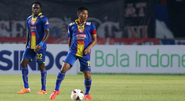 Ahmad Bustomi saat Arema berhadapan dengan Persija di ISL (Foto: SINDO)