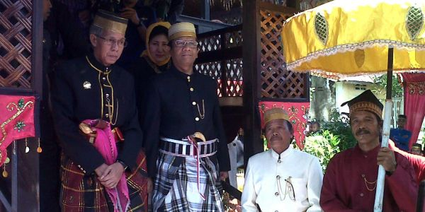 Mantan Ketua MK, Mahfud MD, saat mendapat gelar adat di Makassar