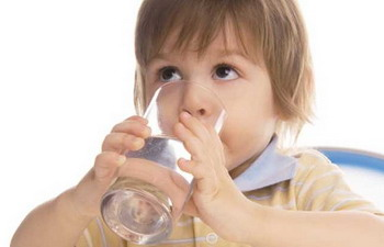 Siapkan Selalu Secangkir Air Putih untuk si Kecil