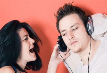 Ancaman Bahaya Dengar Musik Keras Pakai Earphone