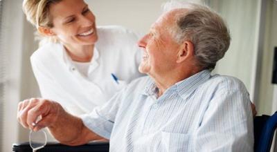 Pertimbangan Pakai Jasa Perawat untuk Orangtua Lansia