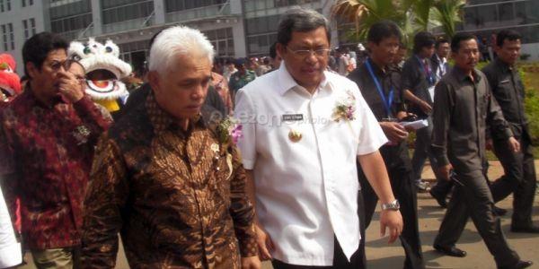 Hatta Rajasa (menggunakan batik) didampingi Ahmad Heryawan (Foto: Dok Okezone)