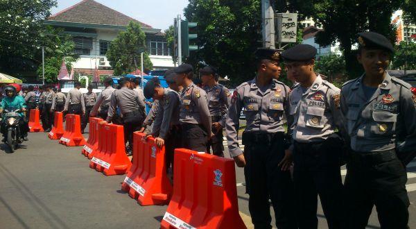 Penutupan jalan yang dilakukan oleh petugas Kepolisian di jalan depan Gedung KPU (Foto: Hidayat/okezone)