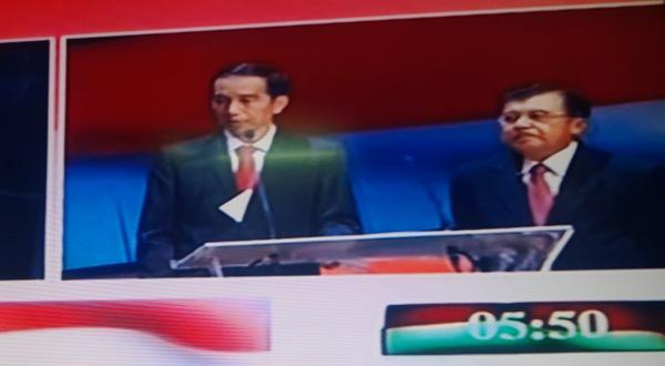 Cerita soal Nongolnya Kertas di Jas Jokowi