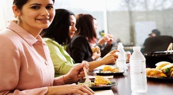 Makan Siang Sebaiknya Tidak di Meja Kerja