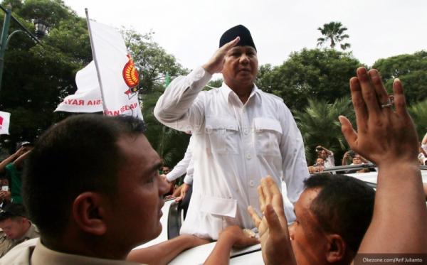 Prabowo Berikan Hormat Militer pada Jokowi
