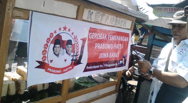 Gerobak Jualan di Bandung Ramai-Ramai Dipasangi Gambar Prabowo-Hatta