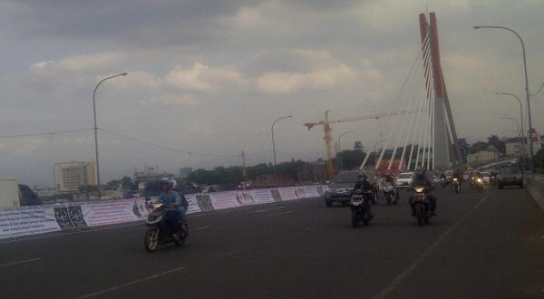 Spanduk Prabowo-Hatta Sepenjang 3,5 Km Dipasang di Fly Over Pasupati