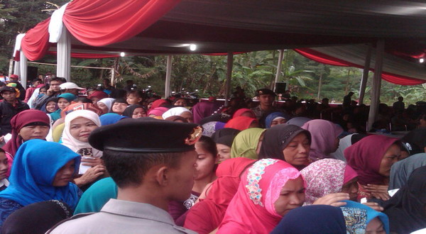Antusiasme Tinggi, Warga Berdesak-desakan di TPS Prabowo