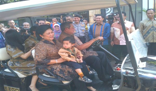 Mendampingi SBY Nyoblos, Ibu Ani Gendong Cucu