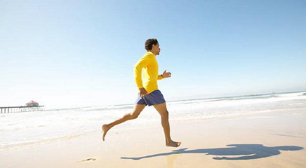 Amankah Lari di Pantai Tanpa Alas Kaki?