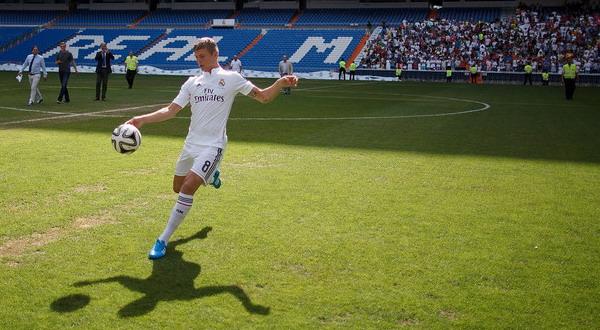 Resmi Diperkenalkan Real Madrid, Toni Kroos Freestyling Di Santiago Bernabeu - berita Liga Spanyol