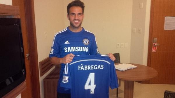Francesc Fabregas memamerkan kostum barunya musim depan. (Foto: Chelsea)
