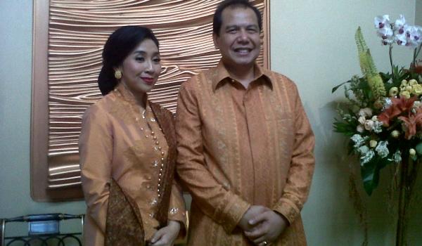 Menko Perekonomian Chairul Tanjung beserta istrinya. (Foto: Okezone)