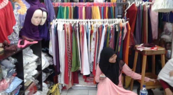 Pedagang baju di pasar Ciplak. (Foto: Okezone)
