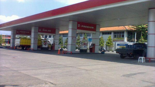 Solar bersubsidi dibatasi, SPBU di Semarang sepi pembeli. (Foto: Mustholih/Okezone)