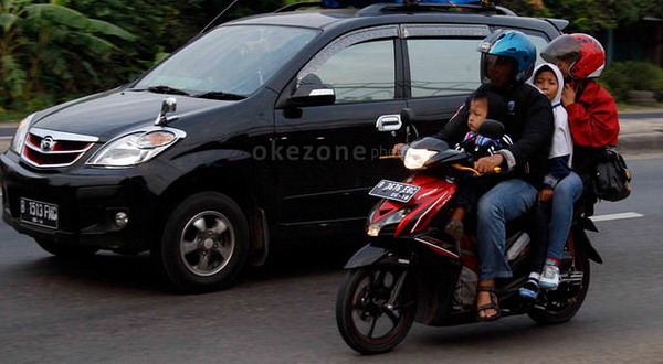 Hindari Anak Duduk di Depan saat Naik Motor