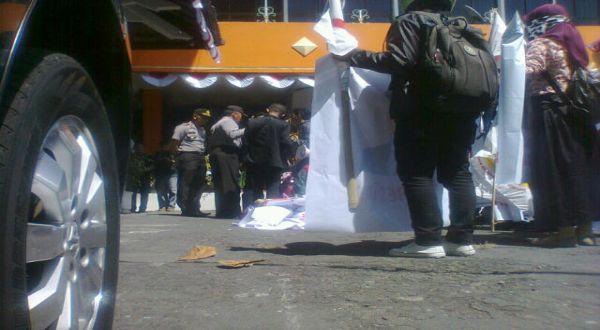 Tuntut Pemilu Ulang, Pendukung Prabowo-Hatta Pasang Baliho di KPU Jateng