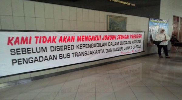 Spanduk Seret Jokowi ke Pengadilan Terbentang di Bandung