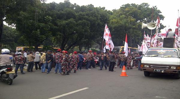 Tak Ada Sidang, Massa Tetap Kepung Gedung MK