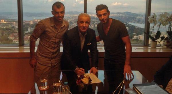 Goran Pandez (kiri) dan Blerim Dzemaili (kanan), saat menandatangani kontrak bersama Galatasaray (Foto: @b_dzemaili)