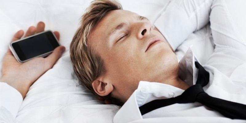 Kebiasaan Tidur dengan Gadget Bikin Tubuh Gemuk
