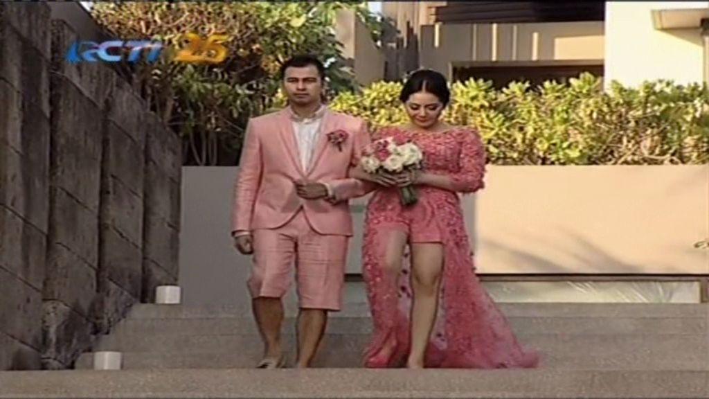 https: img.okeinfo.net content 2014 10 26 194 1057046 busana-pink-raffi-nagita-lambangkan-cinta-R3wSbwkUX3.jpg