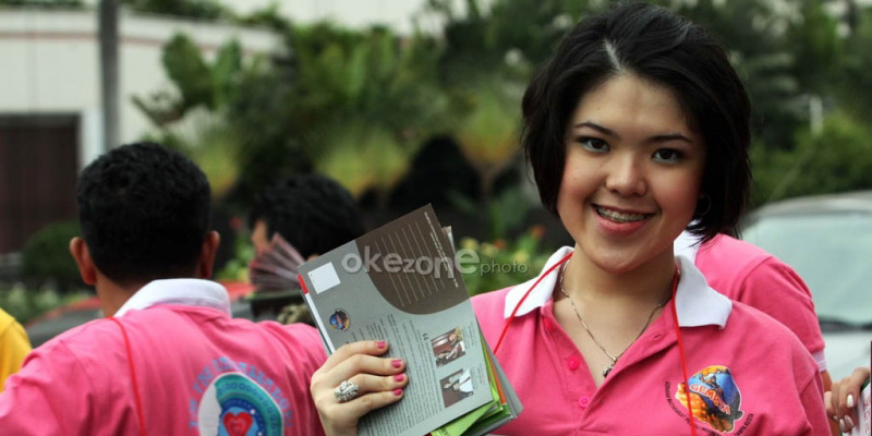 https: img.okeinfo.net content 2014 12 14 194 1079110 tina-toon-dukung-maria-rahajeng-juarai-miss-world-fs3SE9qOdb.jpg