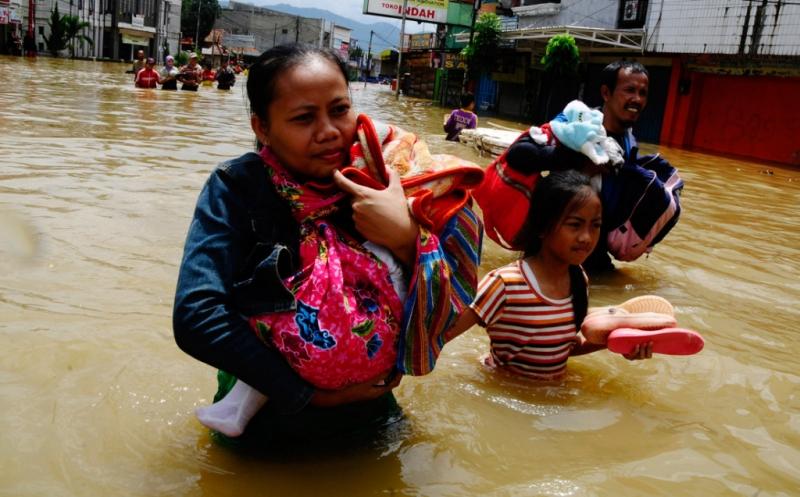 https: img.okeinfo.net content 2014 12 28 340 1084687 banjir-surut-kabupaten-bandung-jadi-lautan-pengemis-UGYxNQE9kD.jpg