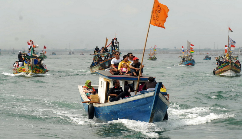 http://img.okeinfo.net/content/2014/12/31/337/1086223/ratusan-nelayan-dikerahkan-cari-korban-airasia-VKbUWxvwzi.jpg